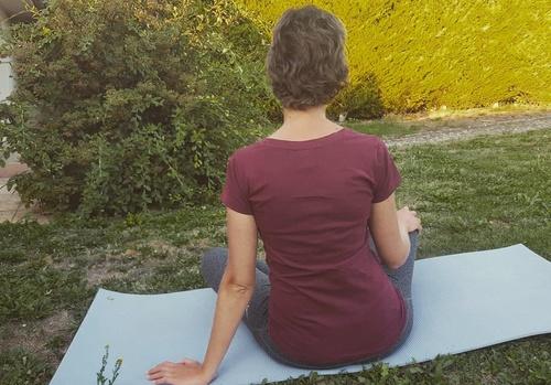 Suite à l'annonce du cancer et pendant les traitements, la sophrologie, et notamment le guidage par la voix, peut aider à lâcher prise et à se relaxer entièrement.