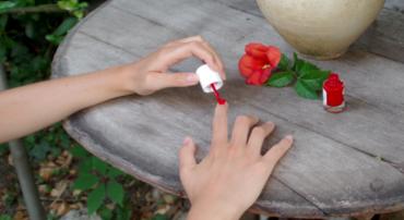 La chimiothérapie n'épargne pas nos ongles de mains et de pieds. Découvrez ma routine à base de vernis au silicium pour les protéger.