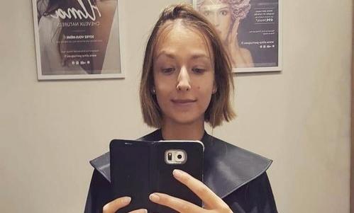 Au début de ma chimiothérapie, on m'avait conseillé de me couper les cheveux avant qu'ils ne commencent à tomber, car ce serait moins dur au plan psychologique.