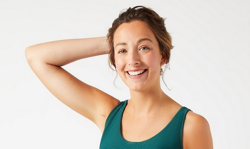 Après ma mastectomie, mon épaule du côté opéré (côté gauche) se recroquevillait sur elle-même et mon bras gauche restait bien collé à mon corps. Cela s'appelle l'APS.